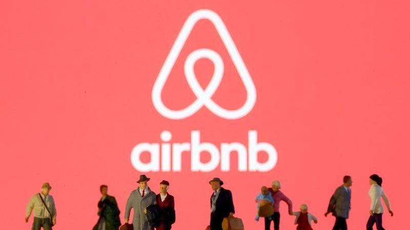 Airbnb streamlines fees as it tilts toward biggest hosts